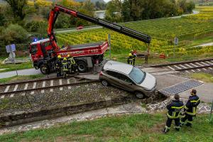 Pkw rutscht bei einem Bahnübergang in einem Wassergraben