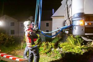 Lkw macht sich selbstständig und bleibt an einer Gartenmauer hängen