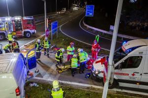 Transporter und Lkw kollidieren auf der S5 - Fahrzeuglenker eingeklemmt