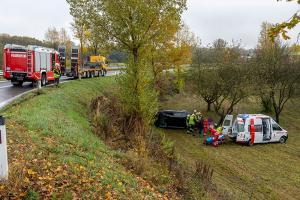 Pkw stürzt von der Abfahrt Gewerbepark der S5 in den Straßengraben