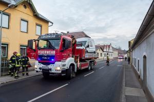Transporter prallt gegen eine Hauswand
