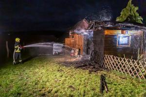 Feuerwehrmann bemerkt Brand seiner Gartenheute