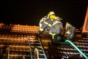 Sechs Feuerwehren bei offenen Dachstuhlbrand in Grafenwörth im Einsatz