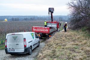 Kleintransporter rutscht ab und droht umzustürzen
