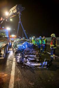 Pkw prallt auf der Donaubrücke gegen einen Traktoranhänger