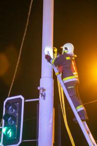 Pkw prallt auf der B37 gegen einen Mast einer Ampelanlage