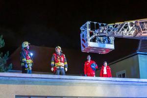 Feuerwehr und Rotes Kreuz retten verletzte Person von einem Dach