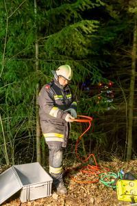 Lkw-Lenker vertraut seinem Navi - Aufwendige Bergung mitten im Wald