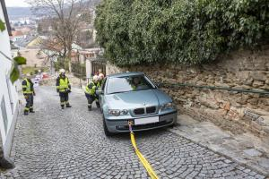 Pkw-Lenkerin kommt beim zurückschieben von der Straße und rutscht über Stufen