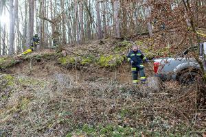 Abgerutschert Pkw von der Feuerwehr geborgen