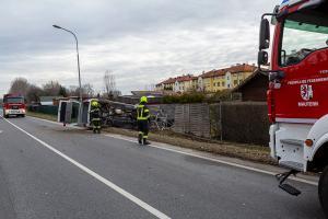 Campingbus bei Zusammenstoß mit einem Pkw umgestürzt