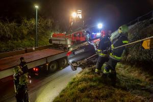 Technischer Defekt an einem Pkw - Fahrzeug rollt auf eine Böschung und sitzt auf