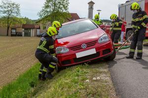 Fahrzeug droht abzustürzen - Anrainer sichert das Fahrzeug mit einer Winde