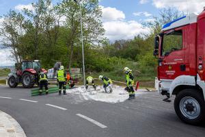 Anhänger stürzt im Kreisverkehr um und verliert seine Ladung