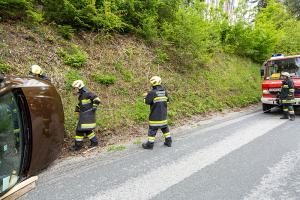 Verkehrsunfall auf der L7061 - Drei Feuerwehren im Einsatz