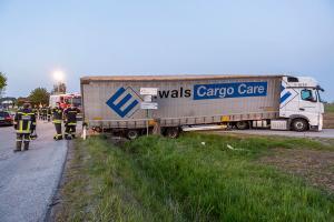Sattelzug rutscht in einer Kurve von der Straße - Kran Krems im Einsatz