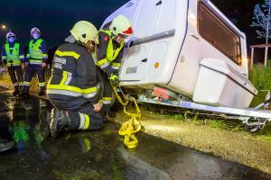 Wohnwagengespann droht umzustürzen