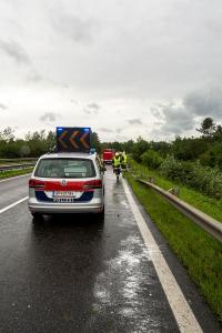 Pkw prallt auf der regennassen Fahrbahn gegen die Leitschiene
