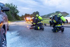 Ersthelfer dämmen Pkw-Brand mit mehreren Handfeuerlöschern ein