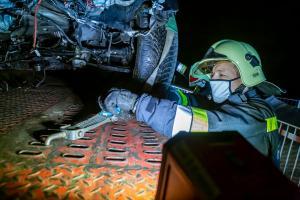 Pkw rast auf der gesperrten S5 gegen eine Baumaschine