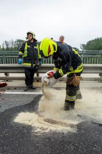 Sattelzug kollidiert auf der Donaubrücke mit einem Pkw