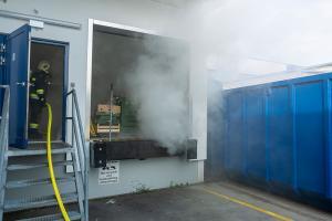 Brennender Container neben einem Supermarkt