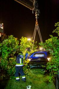 Pkw stürzt vom Pfaffenbergweg in einen Weingarten und landet am Dach