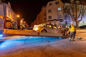 Pkw prallt in der Austraße gegen einen Laternenmast