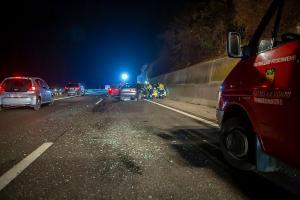 Pkw fährt auf der B37a in zwei Unfallfahrzeuge