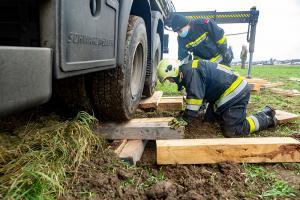 Rutschige Zufahrt zu einer Baustelle wird einem Lkw zum Verhängnis