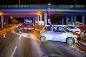 Kleinwagen rammt auf der B35 ein Verkehrszeichen