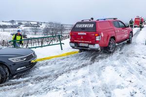 Schneebedeckter Güterweg bringt Pkw zum abrutschen