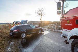 Fahrzeuglenkerin prallt mit ihrem Pkw gegen einen Baum