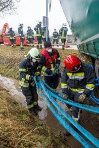 Kurve unterschätzt - Sattelanhänger rutscht in einen Wassergraben