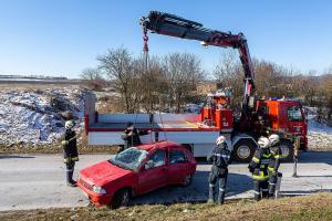 Fahrzeuglenker nach Überschlag im Fahrzeug eingeschlossen