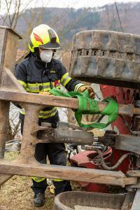 Umgekippter Kompaktbagger von der Feuerwehr geborgen