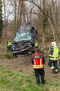 Fahrzeugüberschlag von der B37a in die Au bei Hollenburg