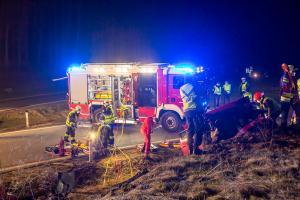 Menschenrettung nach nächtlichen Unfall auf der B37
