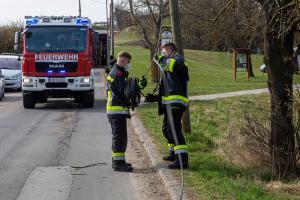 Traktor prallt gegen einen Telefonmast
