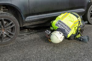 Pkw mit Anhänger kommt wegen technischen Defekt ins Schleudern