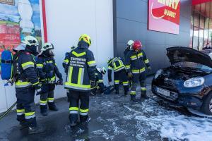 Fahrzeugbrand auf einem Supermarktparkplatz