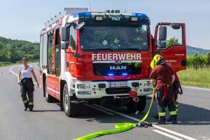 Auffahrunfall auf der L100 - Pkw-Bergung durch die FF Palt