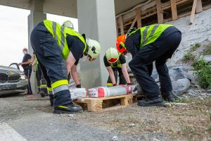 Pkw prallt im Baustellenbereich der S5 gegen eine Hubarbeitsbühne