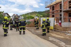 Arbeiter auf einer Baustelle teilweise verschüttet