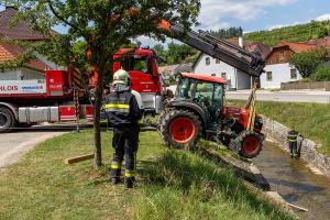 Traktor rollt in den Loisbach