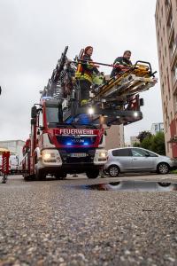 Verletzte Person mit der Drehleiter zum RTW transportiert
