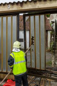 Pkw prallt gegen ein Hauseckund ein Einfahrtstor