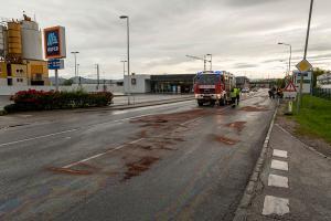 Ölspur nach Motorradunfall auf der B35