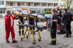 Drehleiter bei Patiententransport im Einsatz