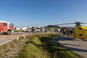 Schwerer Unfall auf der B37 - Pkw prallt gegen einen Lkw
